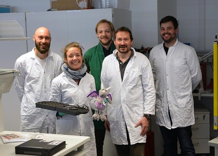 Übergabe des piezobrush PZ2 von relyon plasma an die Gruppe von Prof. Lars Krenkel (zweiter von rechts)