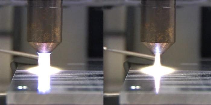 Vergleich einer generierten Plasmaflamme im diffusen Betriebsmodus (links) und bei einer Lichtbogenübertragung auf eine geerdete Metalloberfläche.