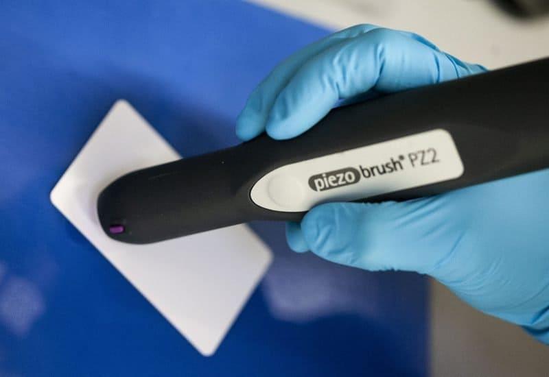 Händische Bearbeitung eines ABS-Bauteils mit Atmosphärendruckplasma mit dem Piezobrush PZ2 zur Vorbereitung für eine Verklebung