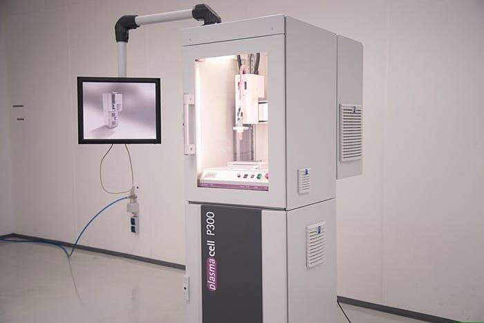 Teilautomatisierte Komplettlösung für die industrielle Teilereinigung mit Plasma ist das Hochleistungssystem Plasmacell mit kartesischem Achssystem integrierter Aktivkohlefiltereinheit.