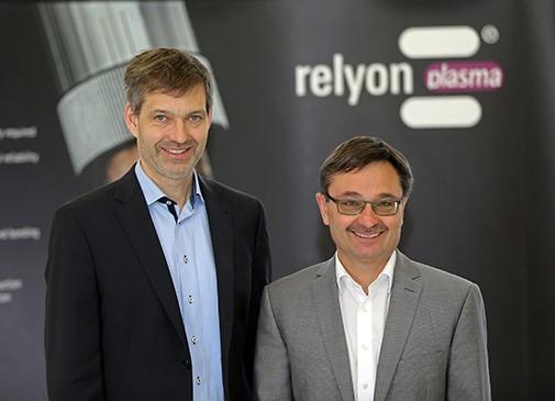 Управляющие директора relyon plasma GmbH: доктор Штефан Неттесхайм (слева, Dr. Stefan Nettesheim) и Клаус Форстер (справа, Klaus Forster)