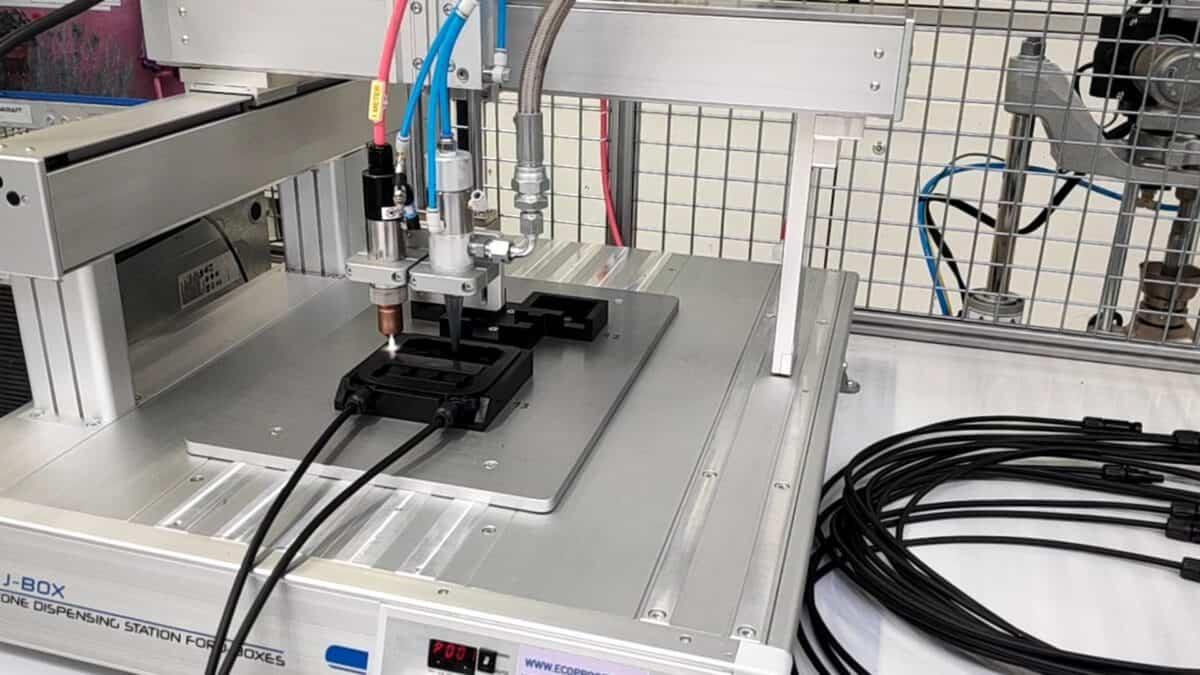 KIOTO Photovoltaics GmbH verwendet Plasma in der Solartechnik zur Oberflächenbehandlung vor dem Verkleben